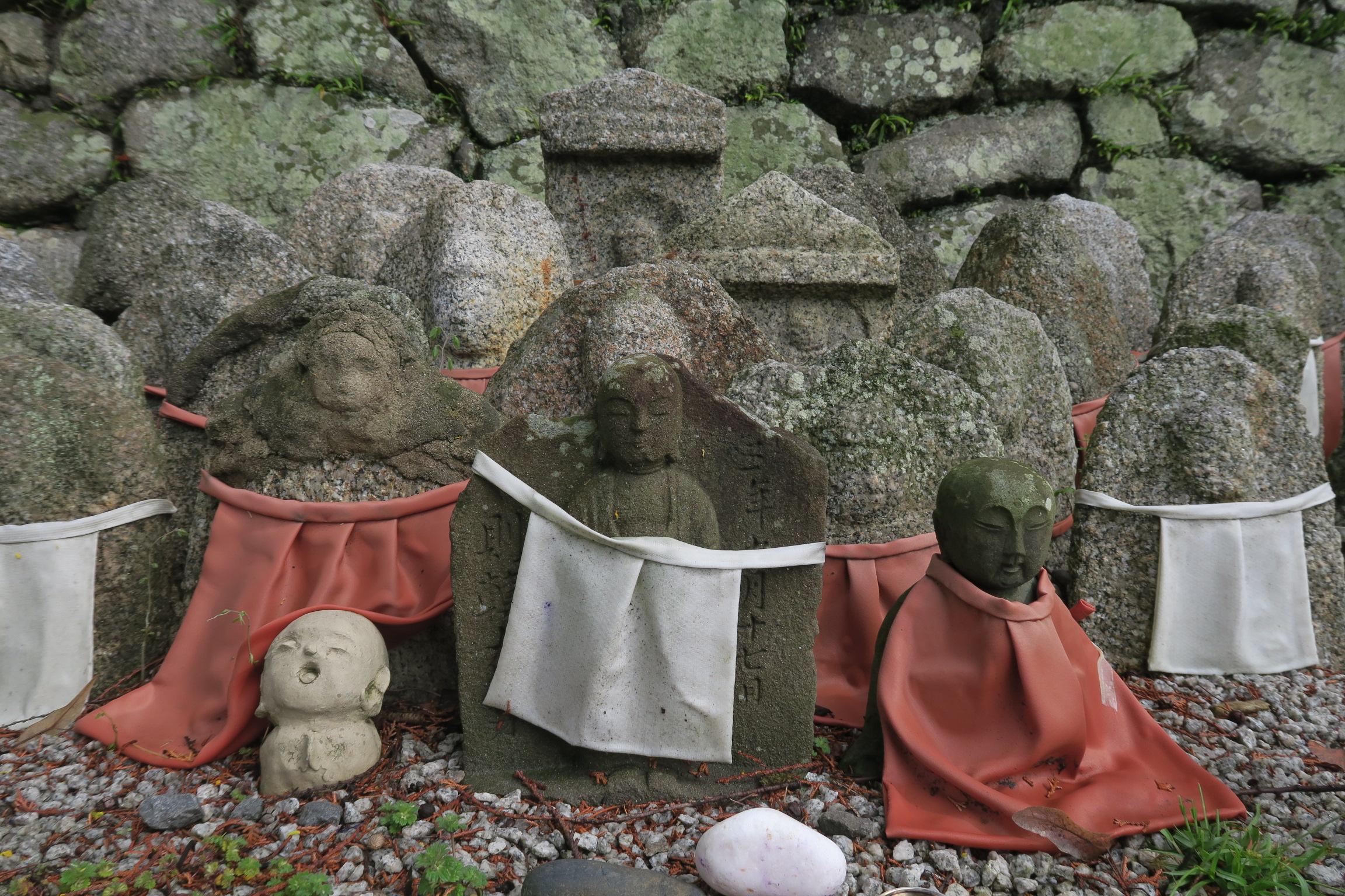 境内には大小様々な石仏があります。