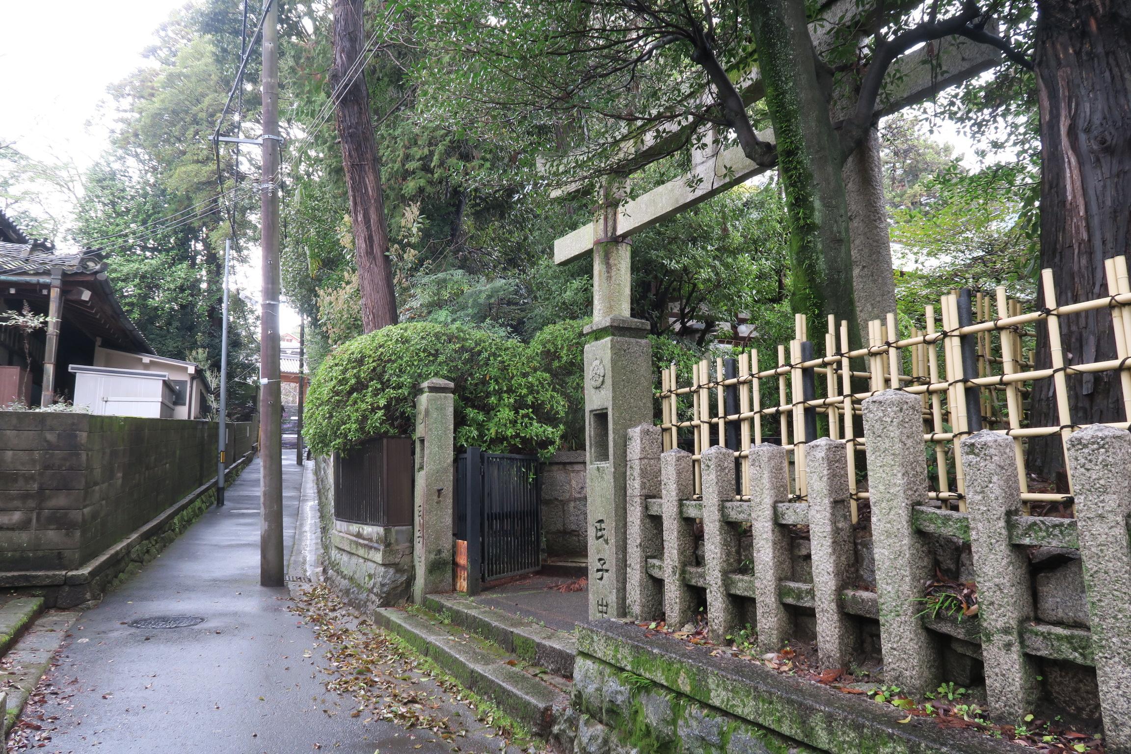 蓮池院と松樹院の間の道を南方向に歩いてくると、スタート地点の岡崎神社に出ることができます。