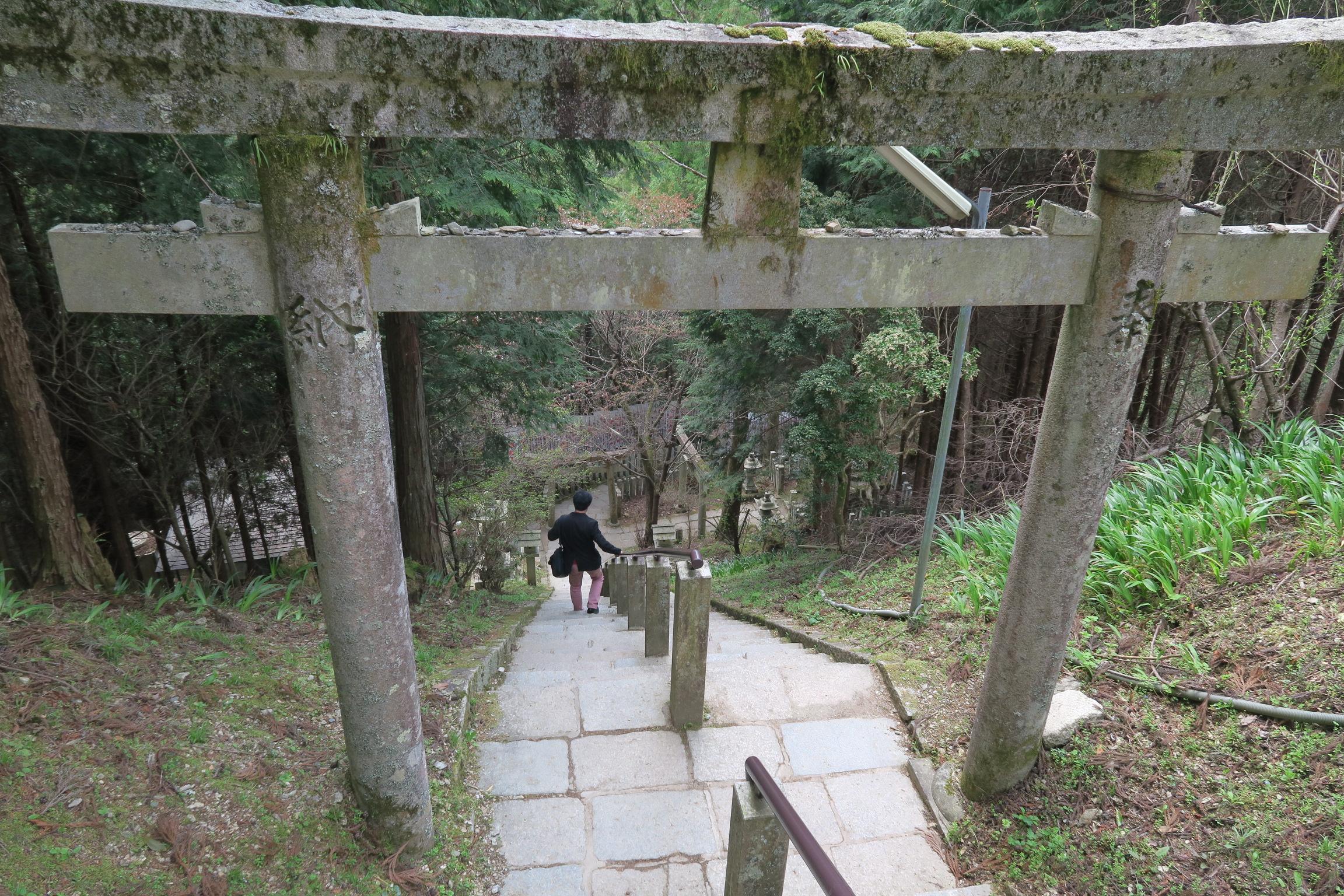 脳天大神まで450段ある階段。行きはよいよい・・・。すでに沢山歩いてきたので、少し迷いました(笑)