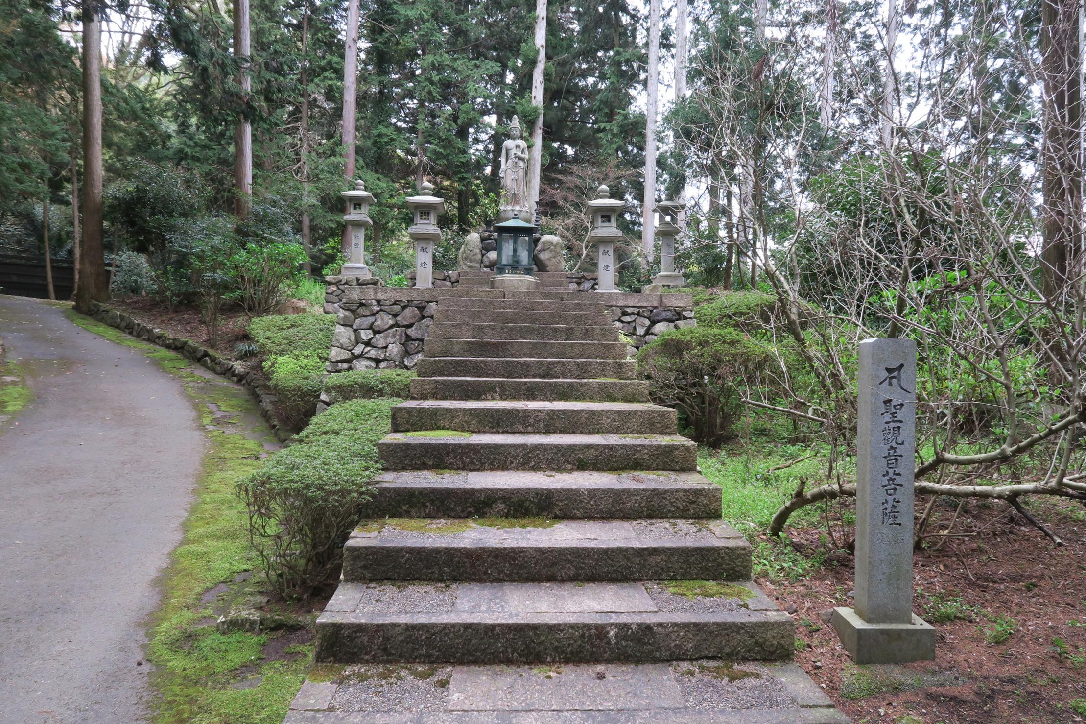 青蓮院親王御陵(宮内庁管轄)と功績ある祖師の御墓。