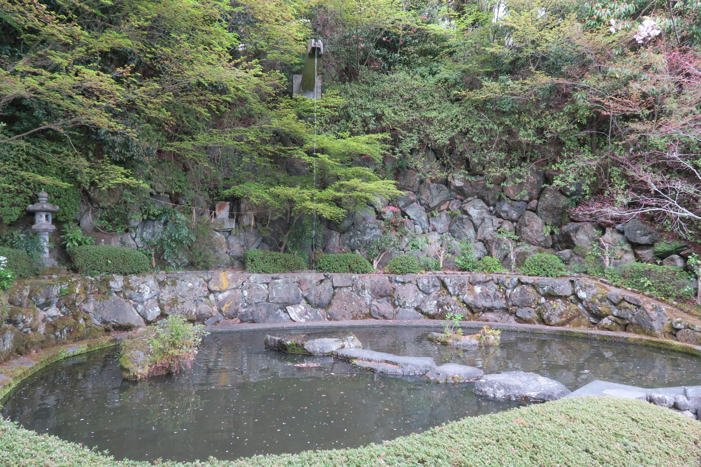青蓮の滝。石仏不動明王が祀られています。