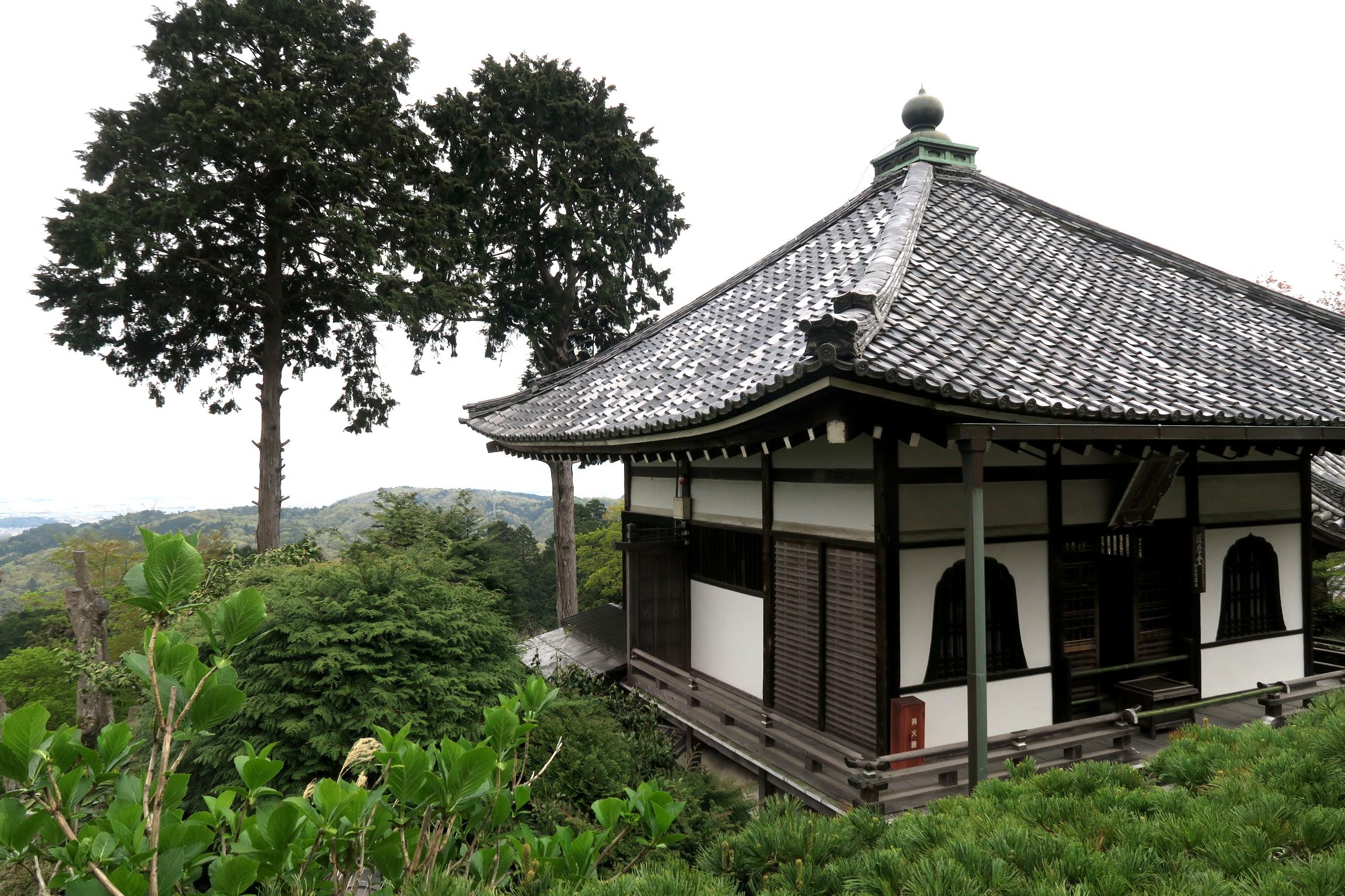 桂昌院により建立された護摩堂。この付近からの眺望も素晴らしいです。