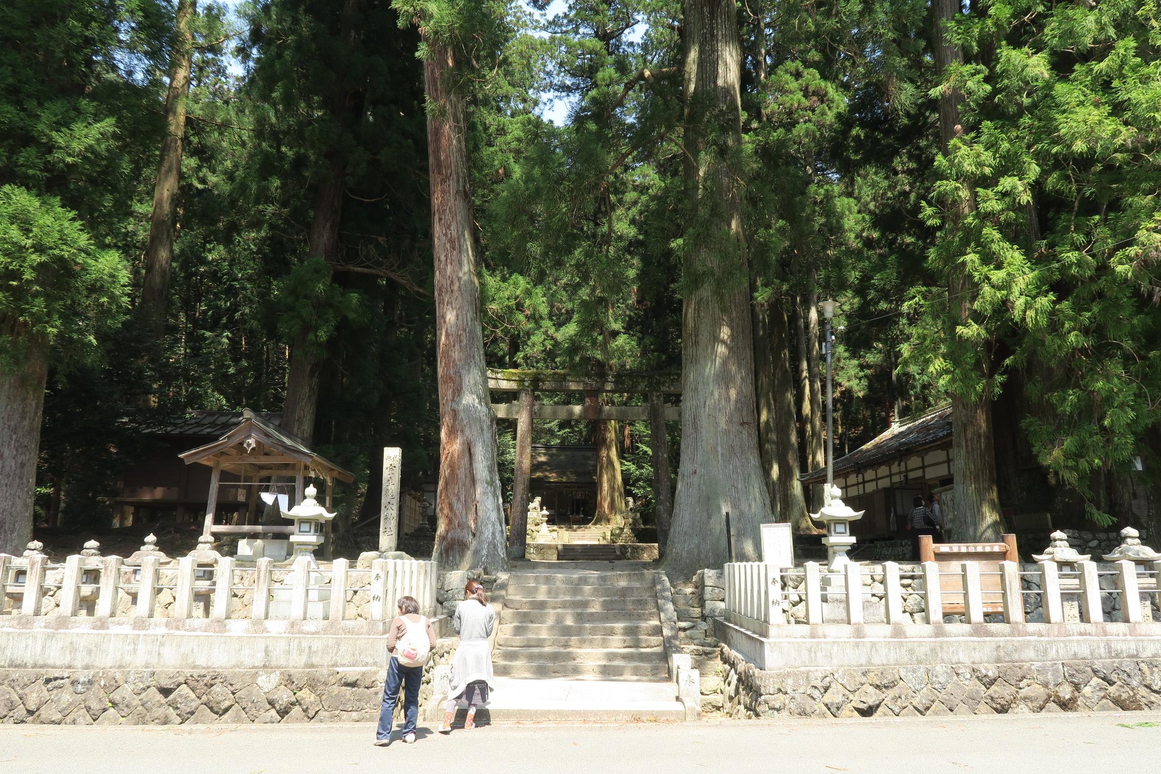 室生寺から徒歩15分位の所に位置する龍神を祀る『室生龍穴神社』。