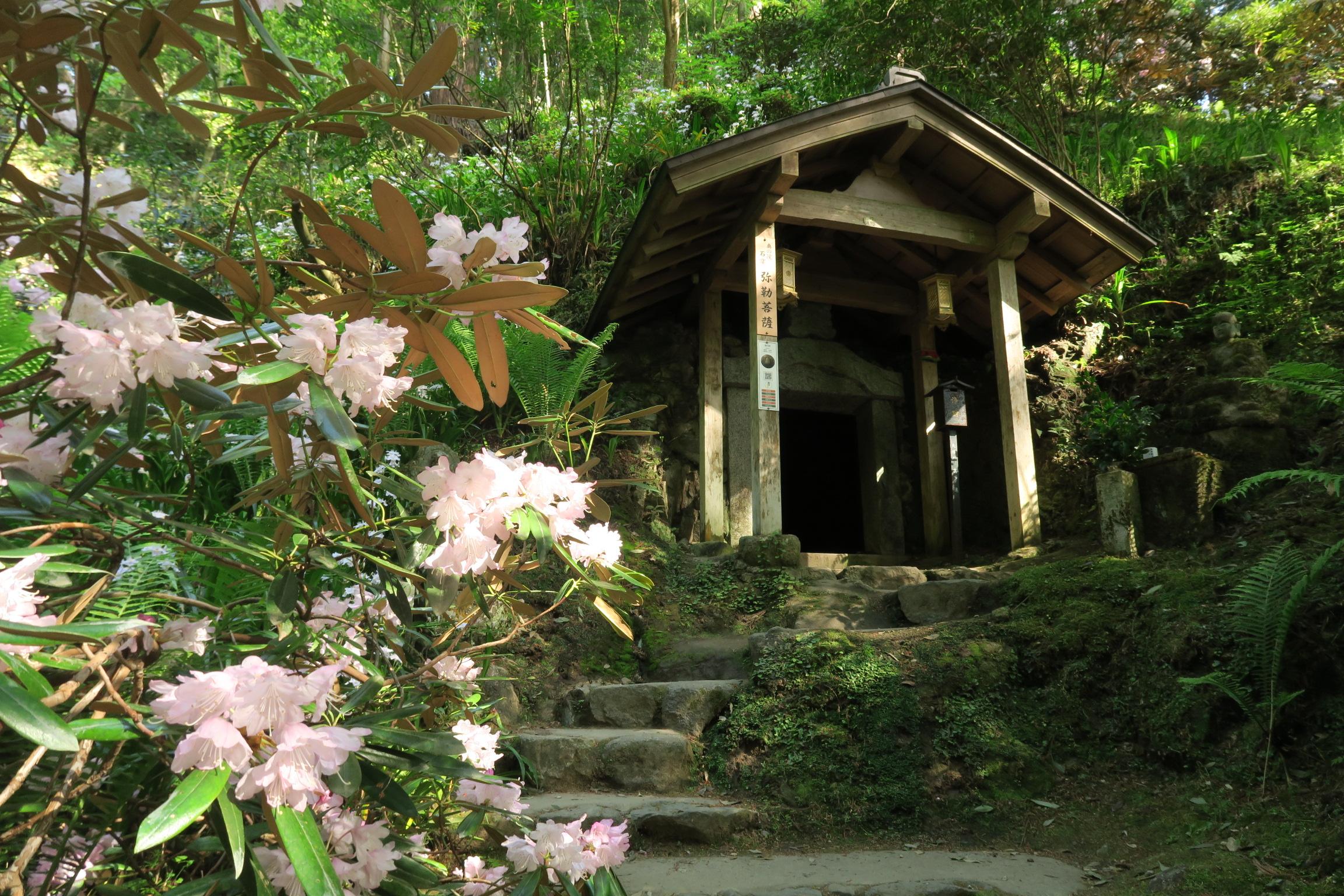 奥の院「弥勒の窟」。石窟堂の奥には、弥勒菩薩座像が安置されています。中には腰をかがめて入ります。