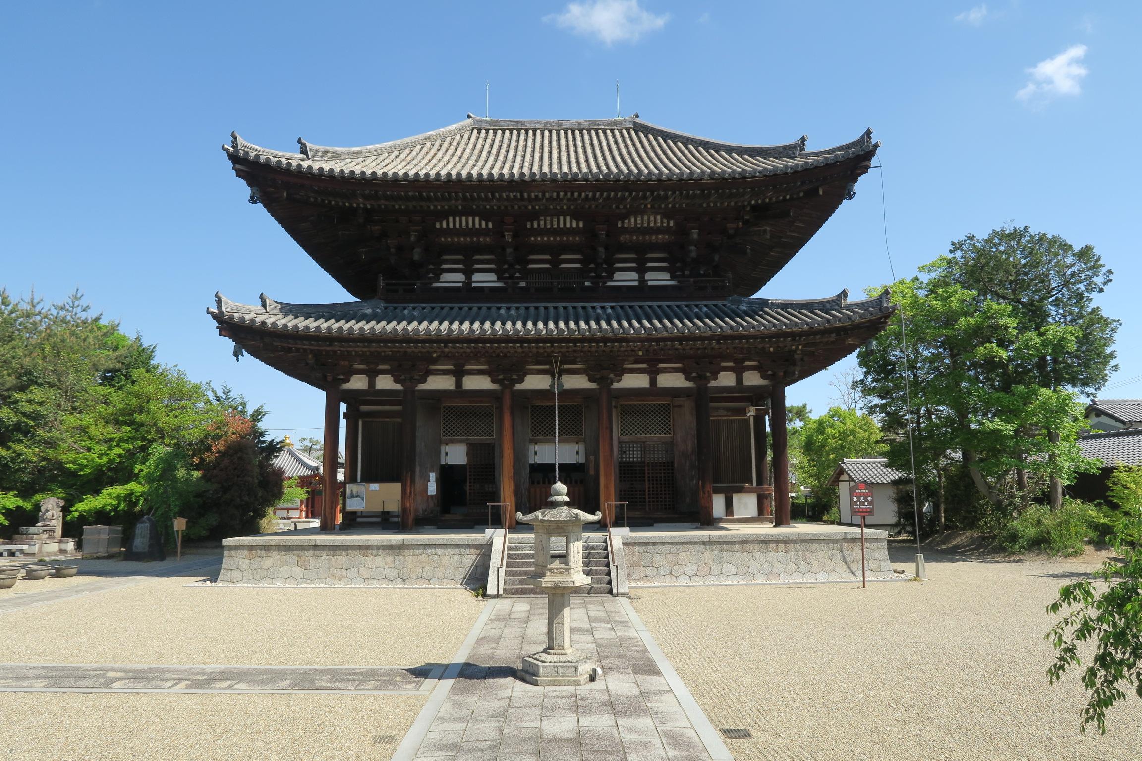 本堂は、東大寺・大仏殿を建立する前の試作という伝承があり、「試みの大仏殿」とも呼ばれています。