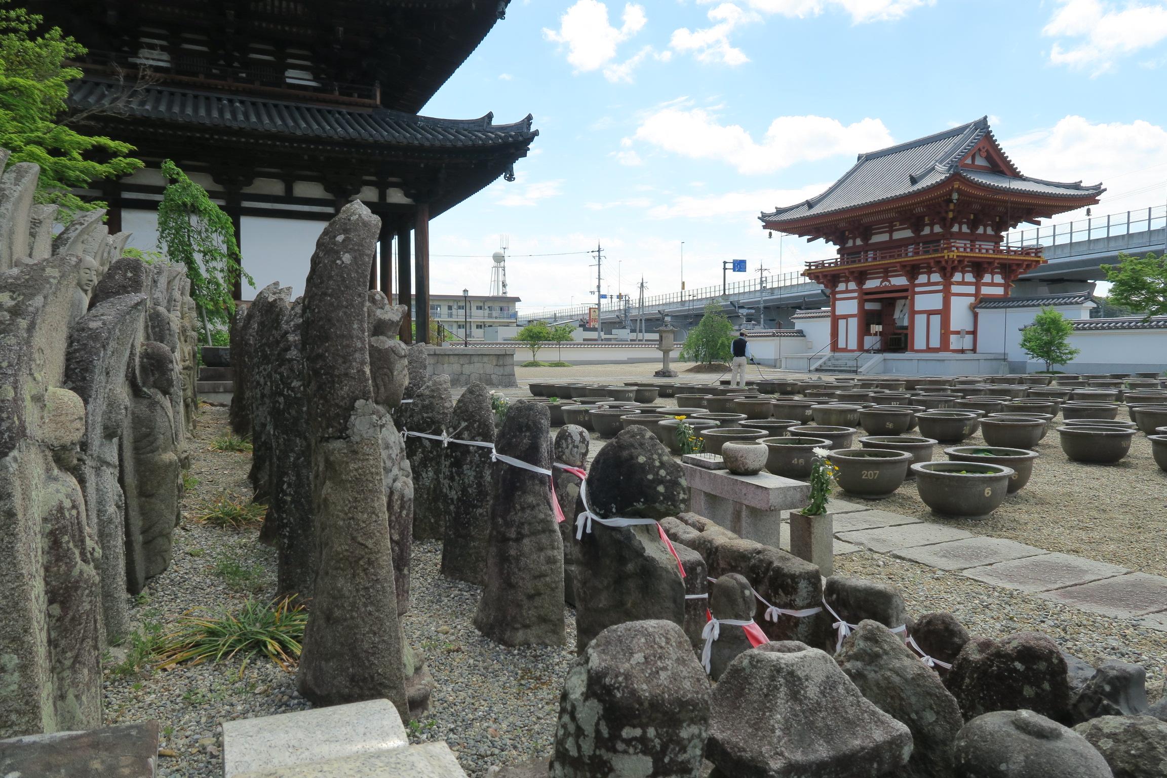 喜光寺境内にある石仏群と蓮の鉢。6月になると蓮の花が満開になるとのことでした。
