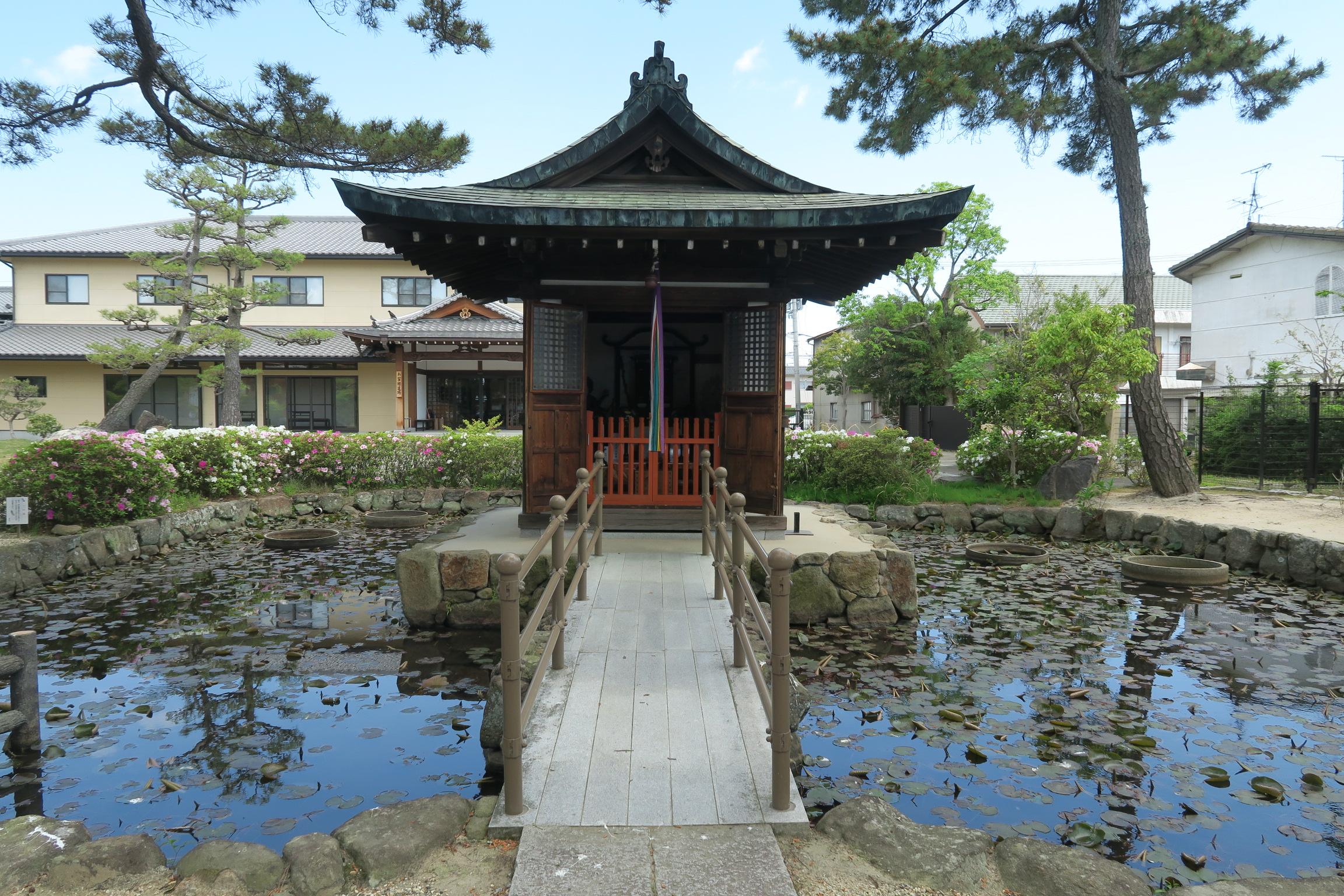 喜光寺本堂の裏にある「弁天堂」。毎年7月下旬に秘仏の「宇賀神王」が公開されます。