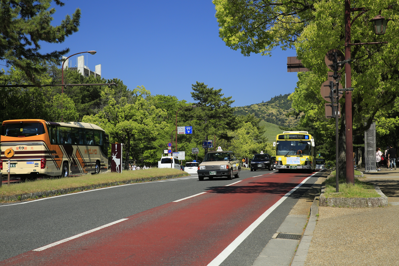 行基像の見つめる方向に歩いて行くと、前方に若草山が見えてきます。左斜め先が奈良県庁です。