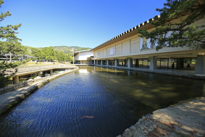 奈良国立博物館前。