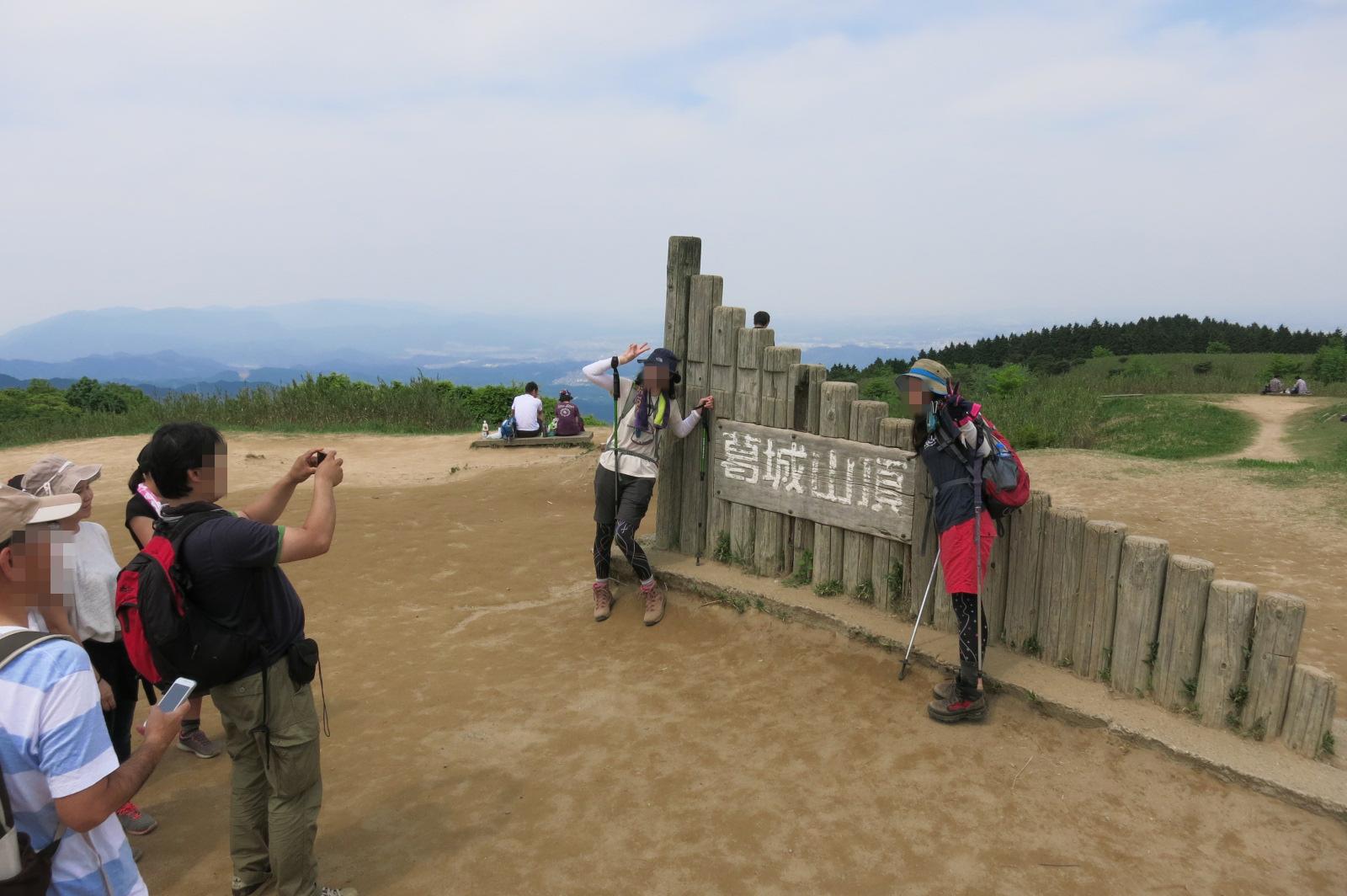 葛城山頂では、記念撮影の列が出来てました。大和三山や三輪山、国見山を望むことができます。