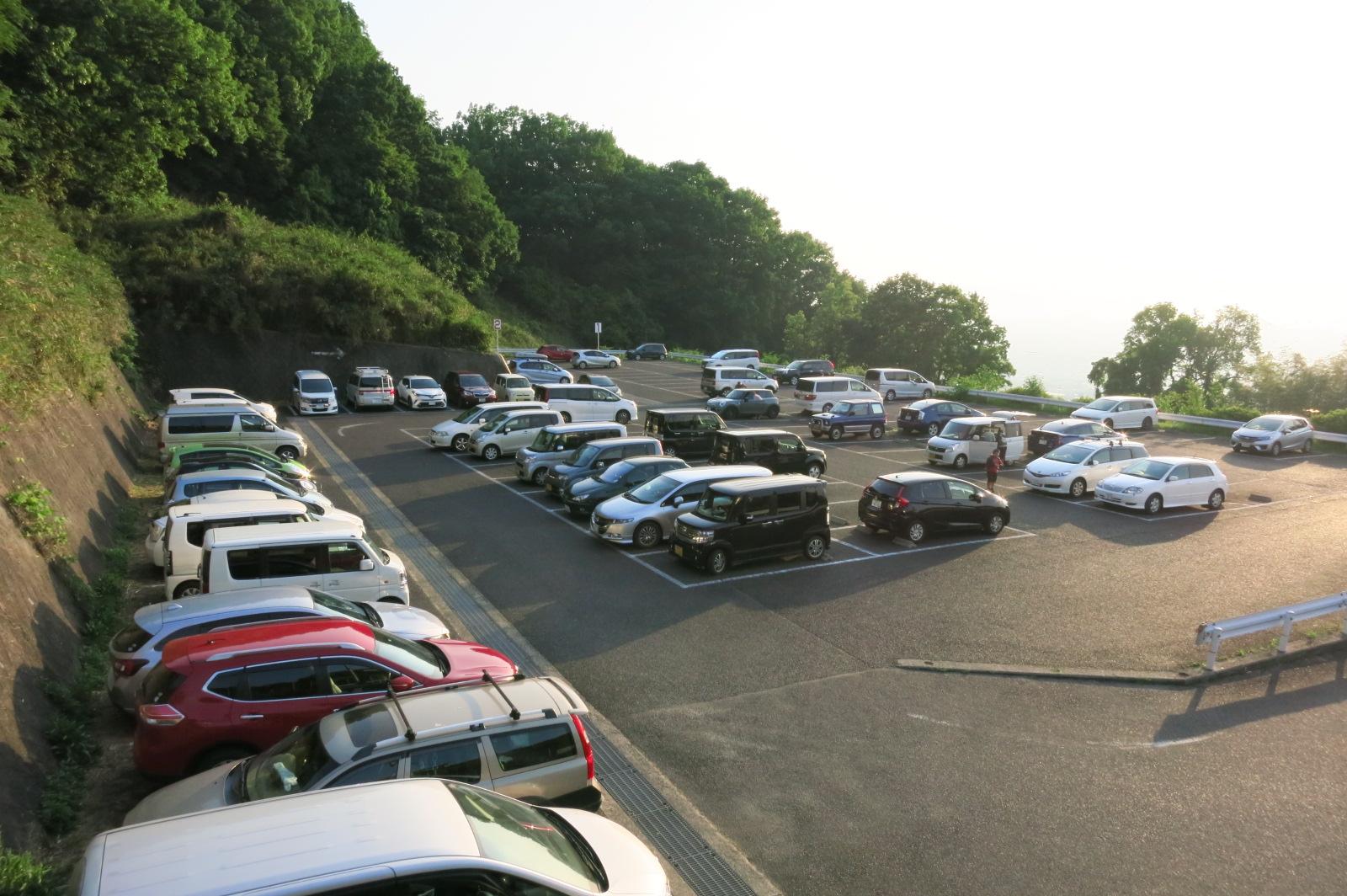 24hいつでも出庫できる最寄の駐車場。朝5:30前ですが、この車の数。さすが人気のお祭です。