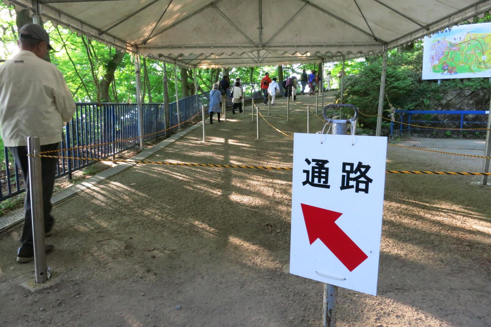 葛城山上駅で降りると、駅付近は歩く場所をロープで仕切っています。お昼にもなると大混雑です。