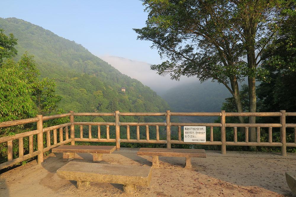 霧かかる渡月橋から小倉山へ