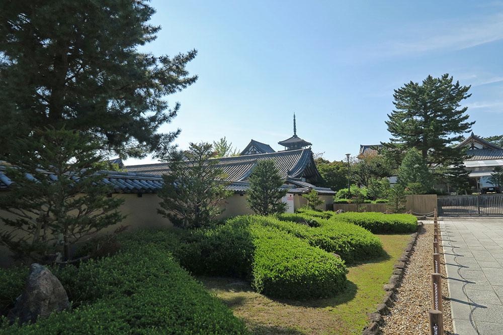 大宝蔵院前から見る五重塔
